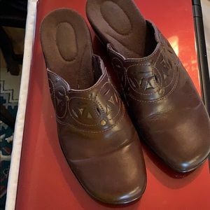 Clarks brown leather mules sz 8 with brass accents